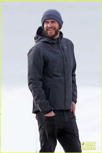 Liam Hemsworth в непривычно теплой одежде и его брат Luke пришли посмотреть на шторм в Малибу, Калифорния