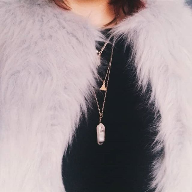 Do you like necklaces with crystals? I love it!  Faux fur coat @zara  Necklace @stradivarius  #ootd #fashion #fashionblogger #fashioninspo #fashioninspiration #fauxfur #crystals #minimalistaesthetic  #inspiration #styleblogger #streetstyle #fashionista #styleinspo #styleinspiration #goldaccessories