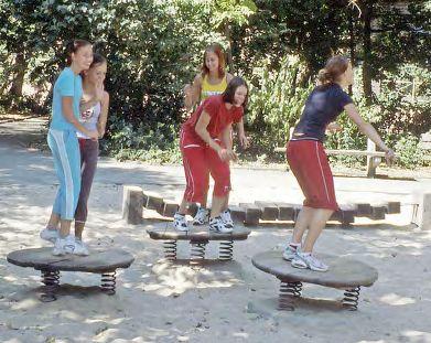Jumping Disc, Rolig fjäderlek som utgörs av en liten träskiva fästad i tre starka fjädrar. Kan användas som trampolin, för att hoppa upp och ner, ut i sanden eller mellan två skivor.