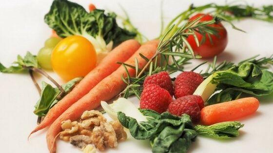 Existe todo un mundo de deliciosos y nutritivos vegetales. Aprovecha esta oportunidad para explorar y añade los más que puedas. Los vegetales están llenos de vitaminas, minerales y fibra. Vas a obtener muchos beneficios a un costo muy razonable si los conviertes en la parte principal de tu alimentación.