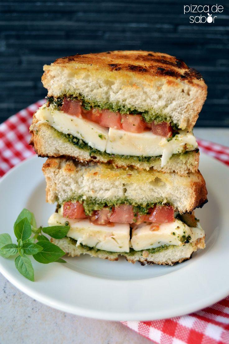 Delicioso sándwich caprese a la parrilla con los sabores de la ensalada caprese. Pan dorado con tomate, queso mozzarella y un pesto de albahaca.