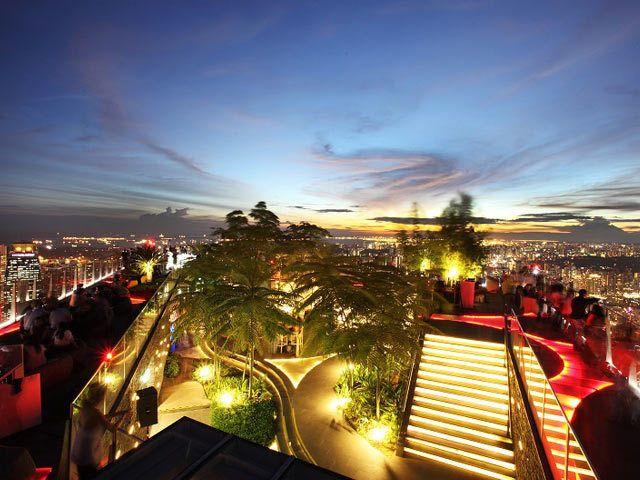 今年はシンガポールで最も高いフロアに位置する人気クラブ・バー『1-Altitude』から観戦することにした。   ビルの最高フロア・63階にある『1-Altitude』からはすべてを見下ろすことができる。