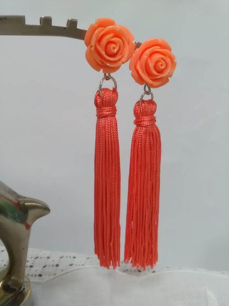 Pendientes de flecos color coral con flor del mismo color. Pendientes de flamenca. Pendientes de fiesta. Flamenco earrings. Earrings for her de ViRemDesigns en Etsy