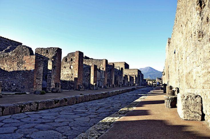 Le 24 août 79 après JC, le volcan Vésuve a éclaté, couvrant la ville voisine de Pompéi avec des cendres et des sols, et conserve ensuite la ville dans son état à partir de cette fatale journée. Tout, depuis les pots et les tableaux jusqu'aux peintures et les gens, était gelé dans le temps. Pompéi, avec Herculanum, ont été abandonnés et finalement leur nom et leur emplacement ont été oubliés. Ils ont été retrouvés comme les résultats des fouilles au 18ème siècle. Les villes perdues ont fourni…