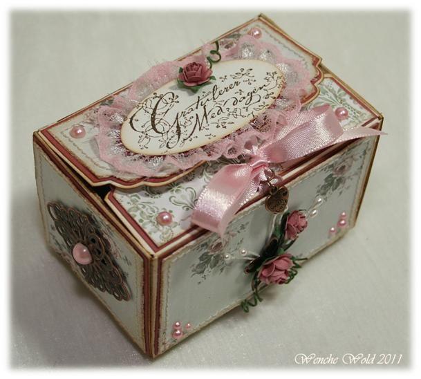 Ja, det ble navnet på boksen som kunne dras ut i sidene og da ligner den på en skål. Skål-boks eller skål-eske hørtes så rart ut og da ble d...