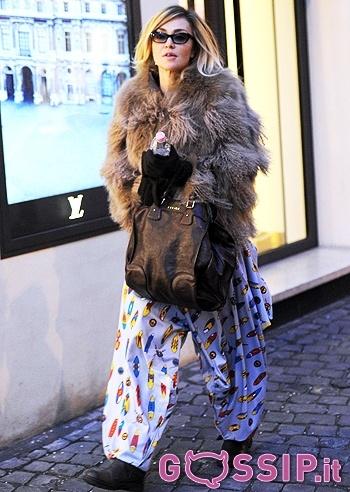Paola Barale a Roma esce con i pantaloni da clown: le foto - Foto e Gossip by Gossip News