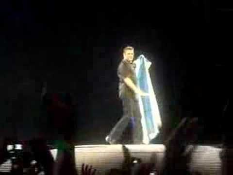 Ο Τζόρτζ Μάικλ μιλάει ελληνικά τυλιγμένος με την ελληνική σημαία