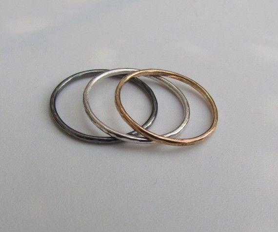 Drei Silber und Gold Slim Stapeln Ringe