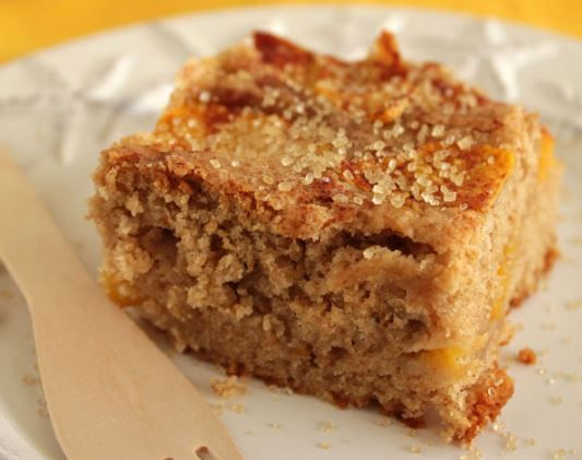 Ένα λαχταριστό, ανάλαφρο, μοσχομυριστό και πεντανόστιμο κέικ με ροδάκινα, γιαούρτι και λευκή σοκολάτα. Μια εύκολη στη παρασκευή της συνταγή (από εδώ) για έ