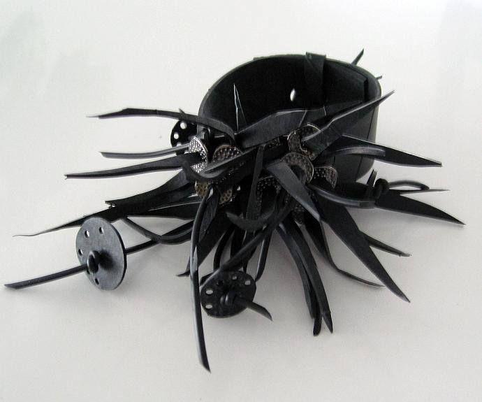Eva Wadenhed återanvänder cykelslang och förvandlar dem till läckra smycken som detta armband. Recycled rubber bracelet