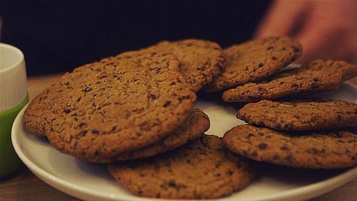 chocolate chip cookies på tallerken