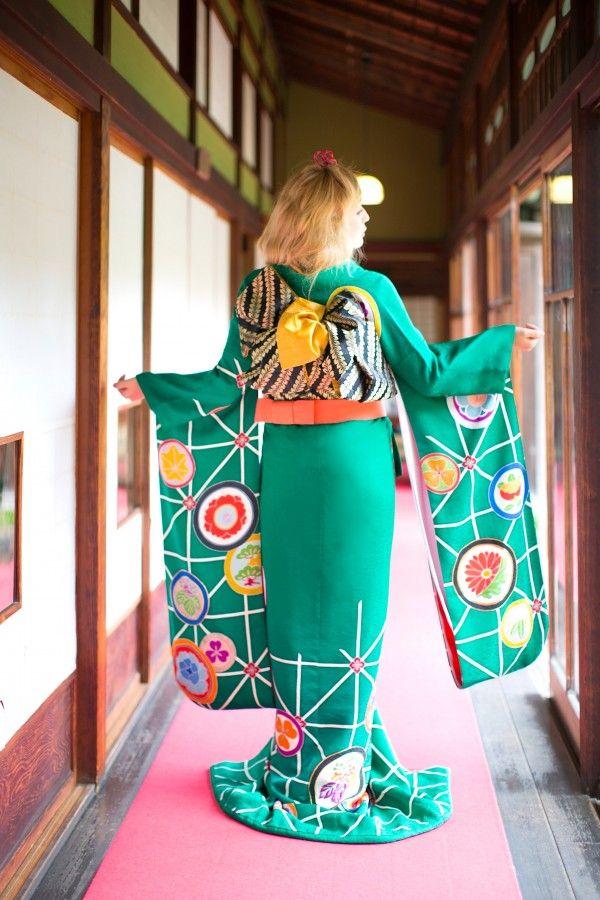 『緑地麻ノ葉丸紋』鮮やかな緑地に、無数に飛ぶ鶴の地模様が柔らかさを演出。大胆に入った変わり麻の葉文様と花の丸紋の粋な大柄が目を引く一枚です。