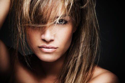 capelli castani colpi di sole biondi