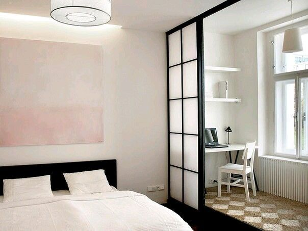 Рабочая зона за ширмой в спальне. Раздвижные двери