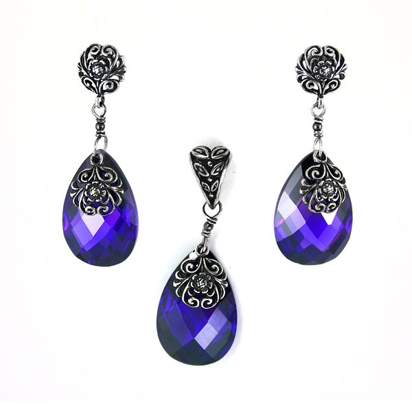 A sophisticated set made of purple cubic zirconia drops and oxidated silver. Baroque and so retro! Earrings and pendant.