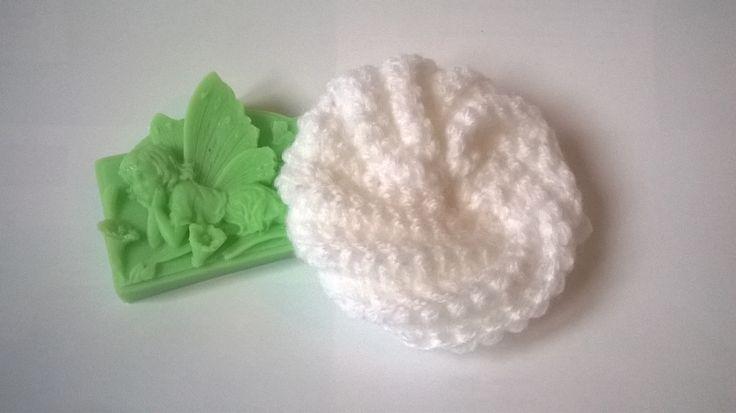 Dětská žínka Candy sněhobílá Háčkovaná žínka Candy, velikost cca 10 cm. Jemná, 100% acryl, stálobarevná. Vhodná pro styk s pokožkou miminek.