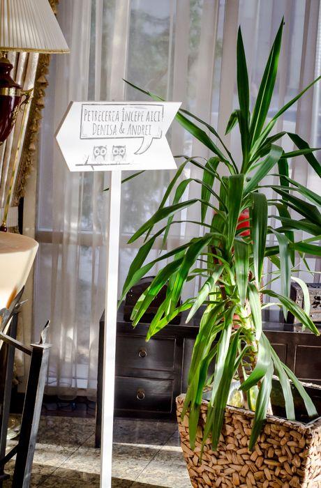 Semn pentru direcționarea invitaților către locul unde are loc petrecerea ta. http://www.decomag.ro/semn-directionare-cu-picior-wedding.html