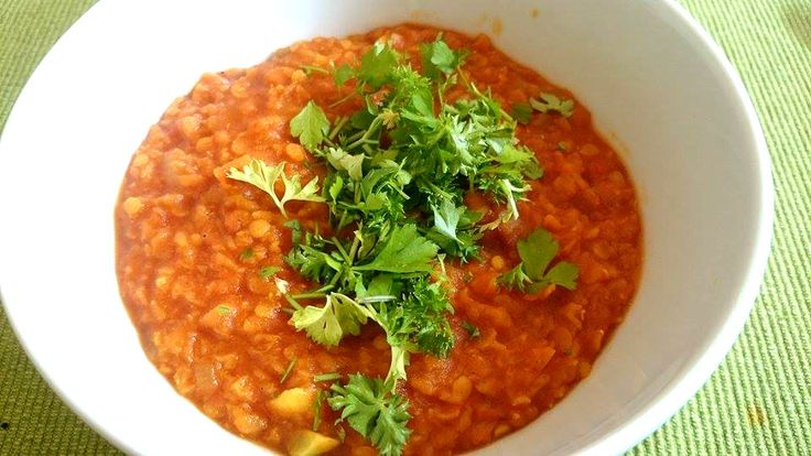 """Voici un plat typiquement népalais et végétalien - vegan : le dal bhat ou littéralement """"riz-lentilles"""". Ce plat vegan riche en protéines et économique est idéal pour remplacer la viande."""