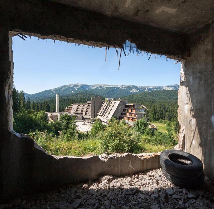 Blick auf das zerstörte Sportlerhotel der Olympischen Winterspiele 1984, in Sarajevo, Bosnien und Herzegowina. Die Sportstätten entstanden anlässlich der Olympischen Winterspiele 1984 in Sarajevo. Nachdem Bosnien am 1. März 1992 seine Unabhängigkeit von Jugoslawien erklärt hatte, wurden die Sportstätten nur einen Monat später Schauplatz der Belagerung Sarajevos. Paramilitärische serbische Truppen und die jugoslawische Volksarmee nutzten die Sportanlagen während der 1425 Tage dauernden…