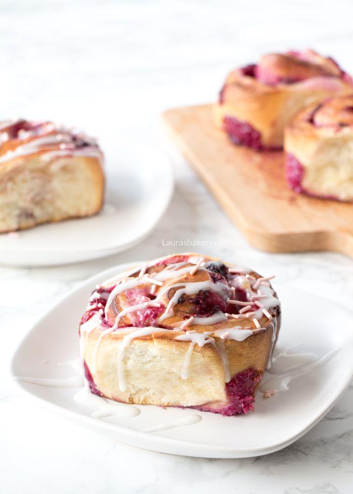 Geïnspireerd op de cinnamon roll zijn deze roomkaas broodjes met frambozen ontzettend smeuïg en lekker. Door de roze kleur perfect voor Valentijn.