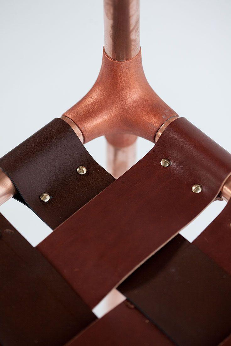 Précieux ! Du cuir pour l'assise et le dossier, des tuyaux de cuivre gainant les…