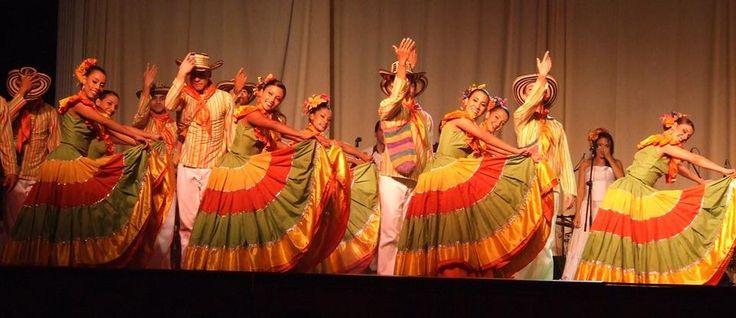 En el #BFDA somos una muestra de la pasión por los ritmos colombianos, la cultura y el arte, bailar es nuestra vida y lo mostramos en cada escenario que pisamos. Imagen vía http://goo.gl/jQrJzQ