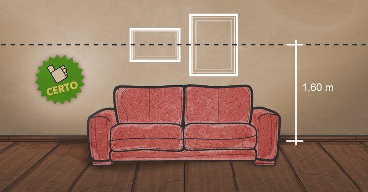 Quadros atrás do sofá devem ficar centralizados e com o eixo a uma altura de 1,60 m, porém a pelos menos 25 cm do topo do móvel