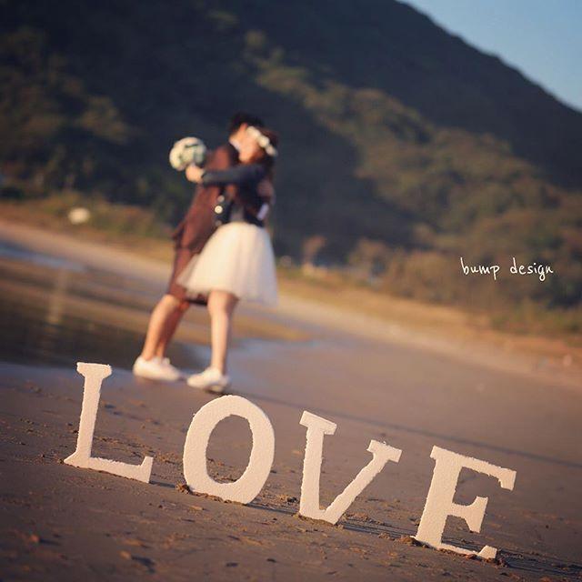 #博多 博多ロケーション前撮り。 最終地は二見ヶ浦のビーチ! 夕陽まであと30分くらいの夕方の撮影です。 さすが10月! ビーチにはだーーーれもいない。 撮り放題だぁ〜^ ^ まずはラブなオブジェと一緒に。 ^ ^ #結婚写真 #花嫁 #プレ花嫁 #結婚 #結婚式 #結婚準備 #婚約 #カメラマン #プロポーズ #前撮り #エンゲージ #写真家 #ブライダル #ゼクシィ #ブーケ #和装 #ウェディングドレス #ウェディングフォト #七五三 #お宮参り #記念写真 #ウェディング #IGersJP #weddingphoto #bumpdesign #バンプデザイン