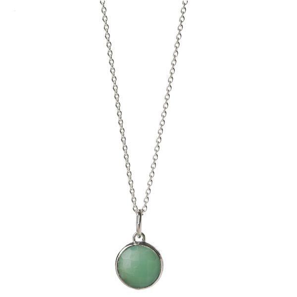 Naszyjnik Fauna to prosty, okrągły kamień chryzoprazu, przyciągający uwagę swoim żywym zielonym kolorem, oprawiony w srebro i zawieszony na klasycznym srebrnym łańcuszku.