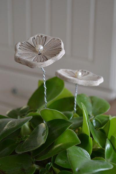 Blumenstecker aus Ton und Draht von Herzgemachte Handlichkeiten auf DaWanda.com: