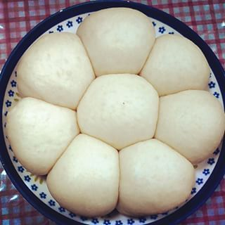 オーブンも、ホームベーカリーもなくてもおいしく焼き上がる炊飯器パン。炊飯器の内釜の中で混ぜればボウルいらず、保温機能は発酵に!そのまま焼きあげれば型も不要。洗い物も少なくて良いことばかり。炊飯器にケーキコースがなくても大丈夫。誰でも簡単においしいパンができあがりますよ。