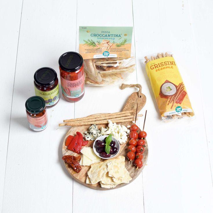 Leg het kaasplankje maar vol met TerraSana producten! Wij gebruikten grissini (soepstengels), gegrilde paprika, Kalamata olijven met kruiden, zongedroogde tomaten en pizza croccantina crackers. Heerlijk!   #crackers #kaasplank #cheese #grissini #zongedroogdetomaten #olijven #paprika