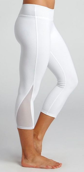 BEYOND YOGA Lightning Leggings / Capri deportivo en blanco.