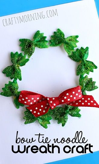 Kerstkrans van pasta van Crafty Morning. Bow tie noodle wreath christmas craft.