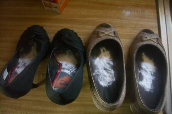 Szódabikarbónát szór a cipőbe éjszakára. Amikor megtudtuk, hogy miért, leesett az állunk!