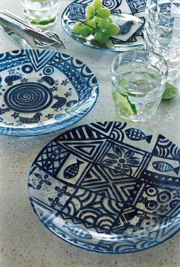 Des assiettes peintes de motifs africains