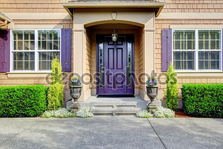 Descargar - Exterior de casa de lujo. Porche de entrada con puerta púrpura — Imagen de stock #55824799
