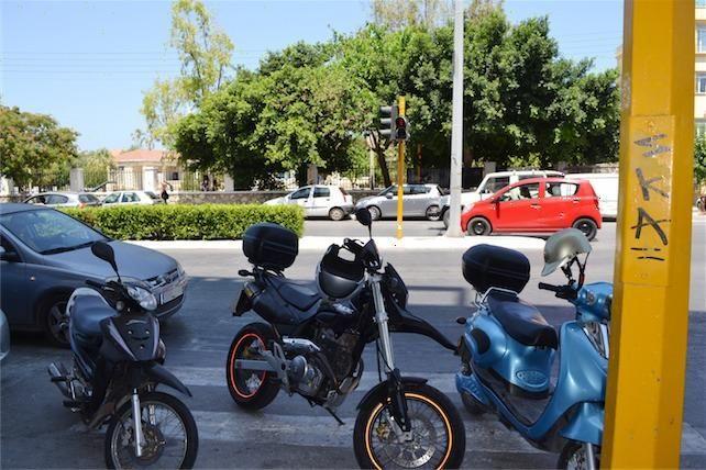 http://pl8.gr/bikesparking/  Τα δίκυκλα έχουν πολύ περισσότερες επιλογές αναφορικά με τη στάθμευση. Θεωρούμε απίστευτο να κάνουν τέτοια λάθη.. Ας τους ενημερώσουμε, πως μας ταλαιπωρούν μέσω της PL8!!