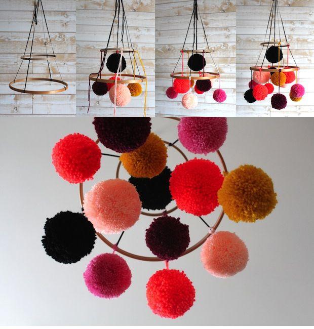 Mobile pompon  avec de la laine et des cercles à broder - Lait fraise