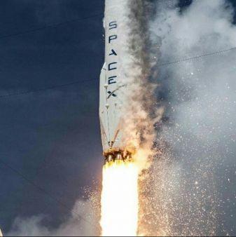 SpaceX realizó una entrega para la Nasa a 250 millas de altura en la Estación Espacial Internacional este jueves, después de solucionar un problema de navegación que retrasó el envío el día planeado.  Todo salió perfecto en este segundo intento. Los astronautas de la estación capturaron el buque de carga SpaceX Dragon mientras se encontra...
