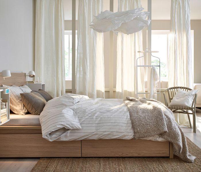 Rideaux voilages zen - Les voilages sont fins, souples, légers et normalement « transparents ». Il ne faut ainsi pas les confondre avec de vrais rideaux non occultants. Les quatre rideaux blancs AINA de la chambre ci-dessus laissent certes entrer la lumière mais ce ne sont pas des voilages. Le fait qu'ils soient en lin ajoute à l'atmosphère relaxante et chaleureuse de la pièce. Au même titre que les autres meubles présentés : un cadre de lit MALM en chêne blanchi, un fauteuil gris…