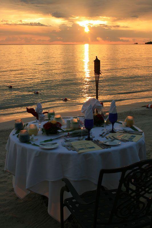 beach side dinner watching the sunset Para festejar algo así una fecha muy especial !!!