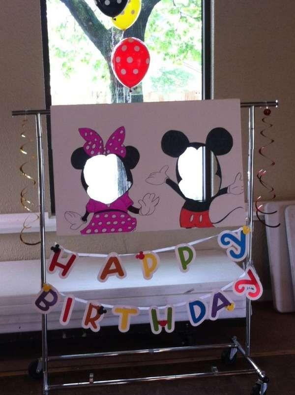 Photos souvenirs pour un anniversaire : Dessinez Mickey et Minnie sur un grand carton et découpez un trou au niveau du visage pour faire des photos rigolotes avec les enfants. 16 idées DIY pour organiser une fête Mickey ou Minnie Mouse