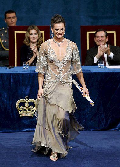 La pertiguista rusa Yelena Isinbayeva recoge el Premio Príncipe de Asturias de los Deportes, de manos del Príncipe Felipe y en presencia de la Princesa Letizia, durante la ceremonia de entrega de los galardones celebrada en el teatro Campoamor de Oviedo.