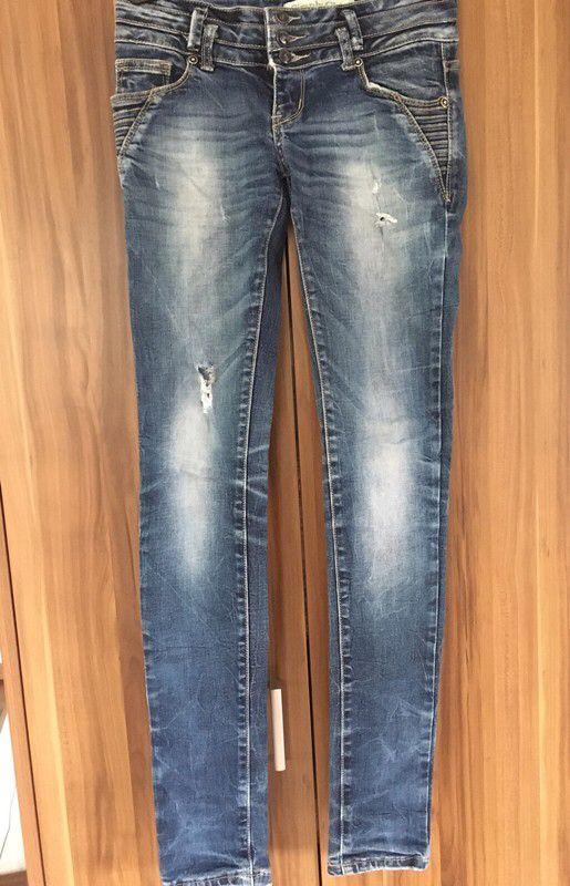 Moje Děravé tmavé džíny od Nahrát bez značky! Velikost 34 / 6 / XS za130 Kč. Mrkni na to: http://www.vinted.cz/damske-obleceni/skinny-kalhoty/9558267-derave-tmave-dziny.
