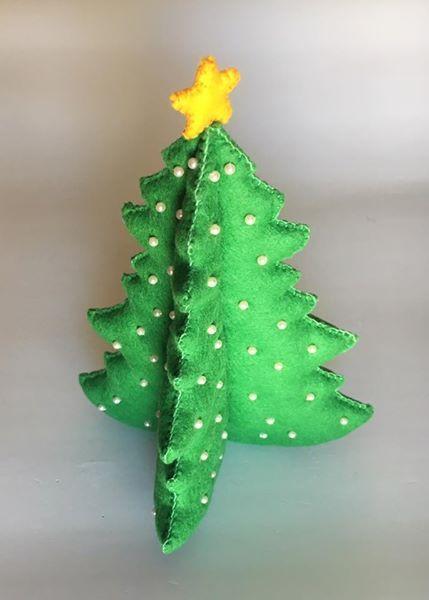 Árvore de Natal Material: feltro, missangas e enchimento Dimensão: ~23 cm Preço: 15€/unid