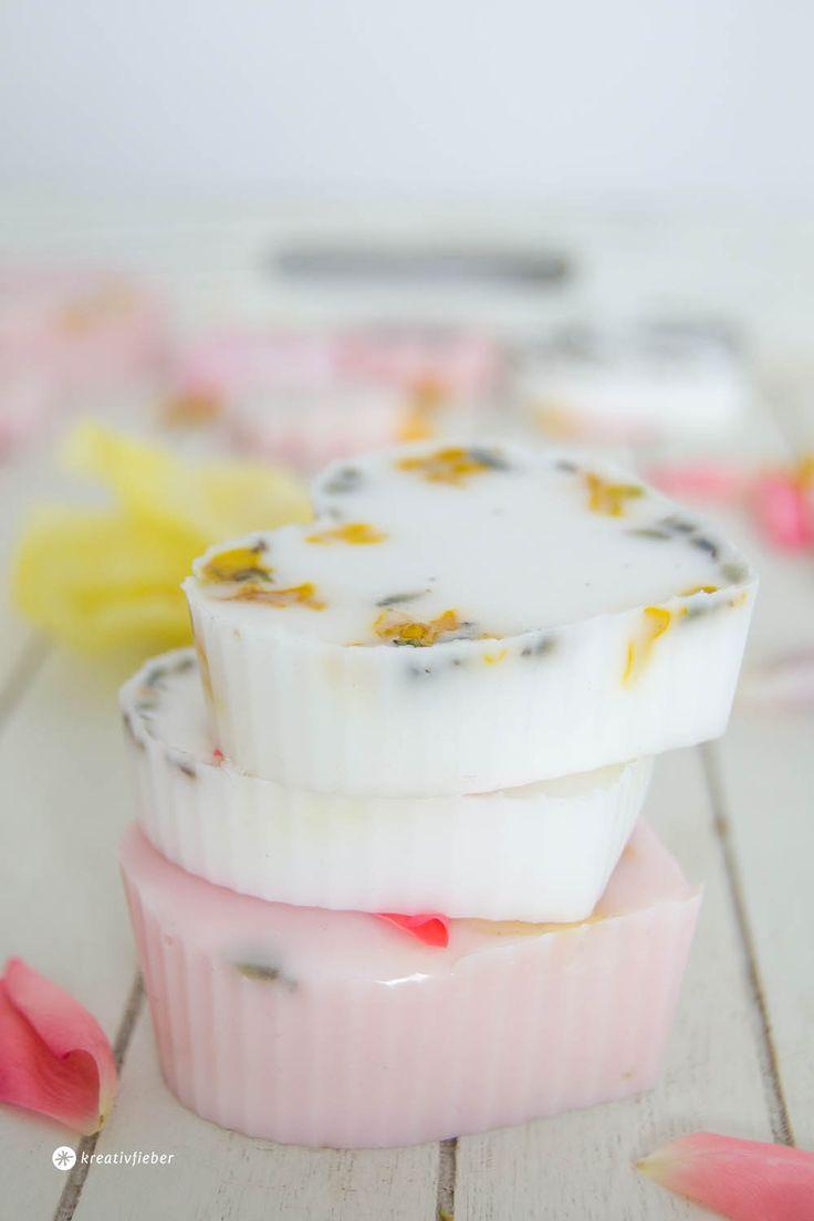 DIY Seife mit Blüten gießen – Geschenkidee für Hochzeiten / Frauen – kreativfieber – DIY Ideen, DIY Geschenke und Rezepte