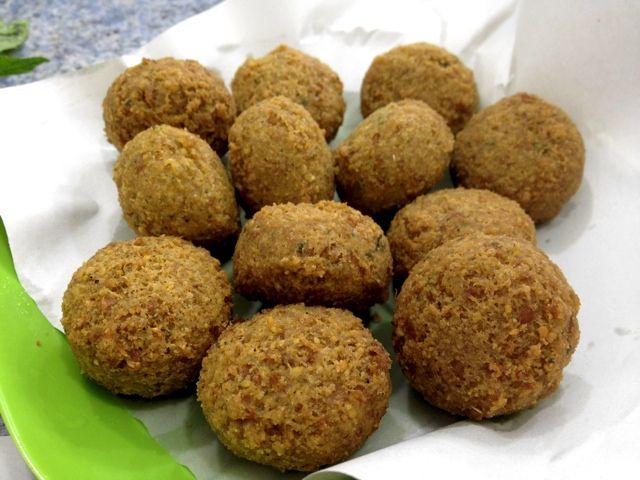 ingredienti: (x 10/15 #falafel)  250 gr di ceci essiccati 2 cucchiai di prezzemolo tritato Farina di ceci Olio extravergine d'oliva 1 spicchio d'aglio ½ cucchiaino di cumino in polvere ½ cipolla sale e pepe