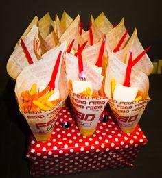 #patat #marsmallow #traktatie zakje 'patat' met mayonaise : zakje chips met marshmallow