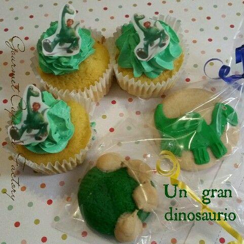 Un gran dinosaurio,  galletas y cupcakes